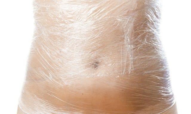 Inveleste abdomenul cu folie de plastic din propria bucatarie