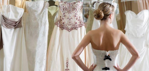 Alegerea rochiei de mireasa cu ajutorul domnisoarei de onoare