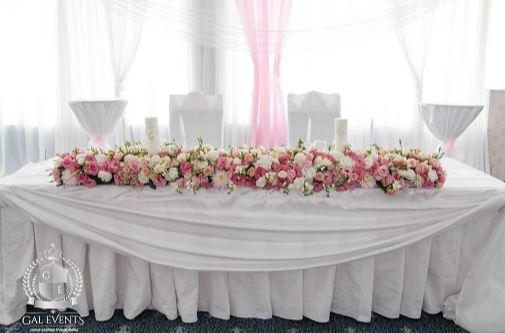 Decor masă miri prezidiu cu flori Gal Event Constanța