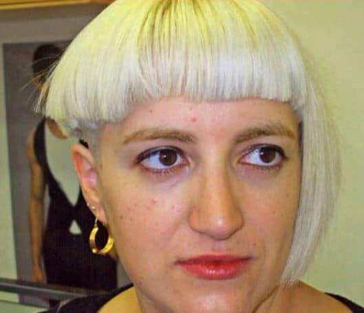 Coafură ciudată cu păr pe jumătatea stângă