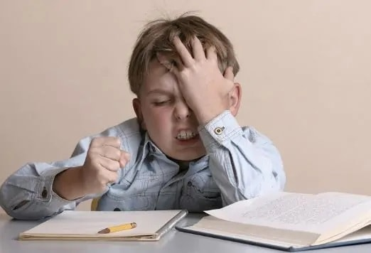 Copil nervos din cauza temelor excesive