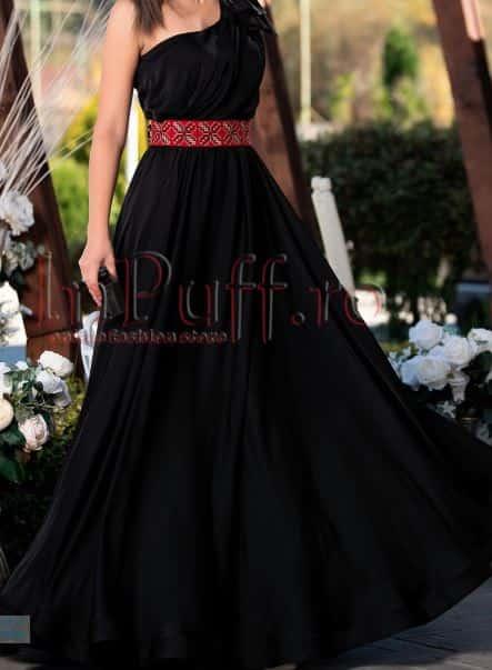 Rochie de seară neagră pentru nașă tânără